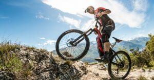 Come vestirsi per andare in bici? Consigli e guida per le e-bike